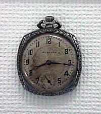 8時15分で止まった時計